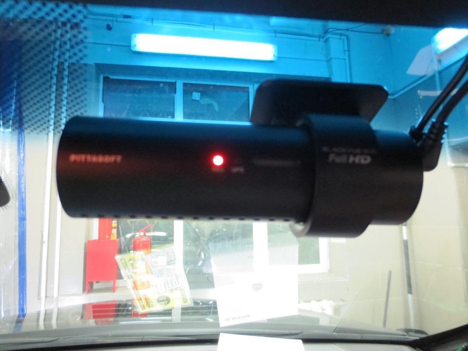 видеорегистратор на лобовом стекле за зеркалом заднего вида.jpg