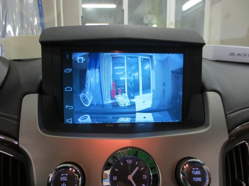 изображение с камеры переднего вида на штатном мониторе.jpg